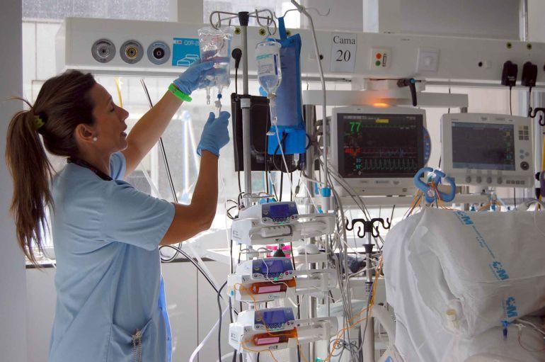 Una enfermera trabaja en la Unidad de Cuidados Intensivos de un hospital.
