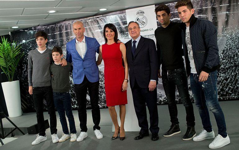 Zidane, con su familia en su presentación como entrenador del Real Madrid.