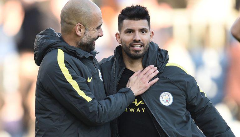 Pep Guardiola y el Kun Agüero, al término de un partido del Manchester City.