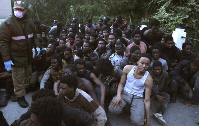 FOTOGALERÍA | Unos 350 subsaharianos se encuentran a las puertas del Centro de Estancia Temporal de Inmigrantes (CETI), donde se ha desplegado la Policía Nacional y varias unidades de la Cruz Roja les están prestado asistencia.