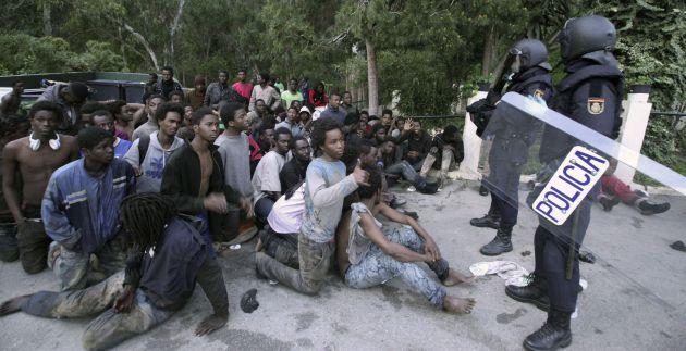 Cerca de 500 inmigrantes han accedido a la ciudad autónoma de Ceuta saltando la valla por la frontera del Tarajal.