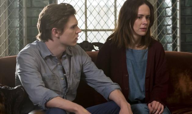 Evan Peters y Sarah Paulson en la T2 de 'American Horror Story'