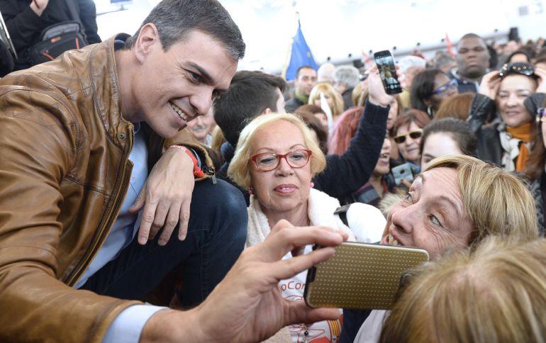 El exsecretario general del PSOE y candidato a las Primarias, Pedro Sánchez,saluda a los asistentes al acto público, celebrado en Valladolid