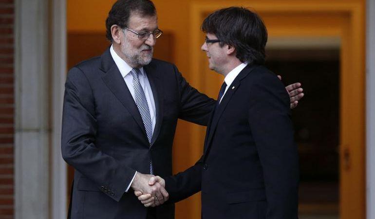 Rajoy recibe Puigdemont a las puertas del Palacio de la Moncloa el pasado mes de abril