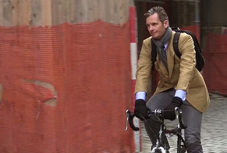 Imagen de televisión de Iñaki Urdangarin, marido de la infanta Cristina, mientras se desplaza en bicicleta por Ginebra