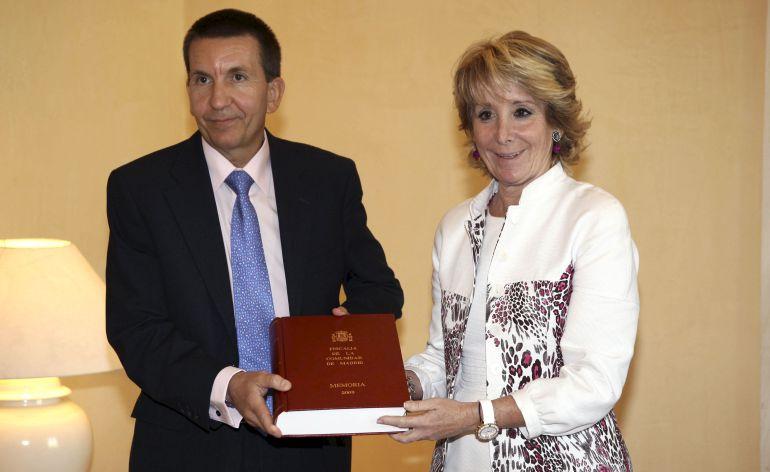 La presidenta regional, Esperanza Aguirre, cuando recibió de manos del Fiscal Jefe de Madrid, Manuel Moix, la Memoria de la Fiscalía correspondiente al año 2009