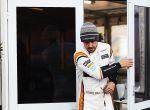 El piloto español de McLaren Fernando Alonso sale de su box durante la primera sesión de entrenamientos libres en el circuito de Montmelo (Barcelona).