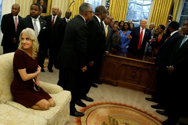 Kellyanne Conway, arrodillada sobre el sofá.