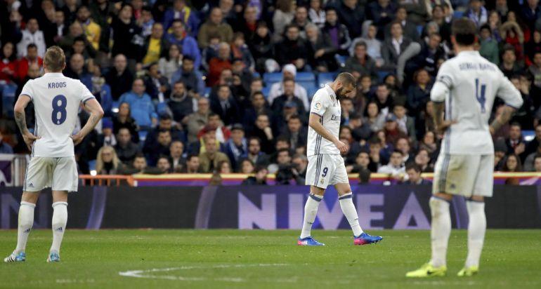 Los jugadores del Real Madrid tras el tercer gol de la UD Las Palmas.