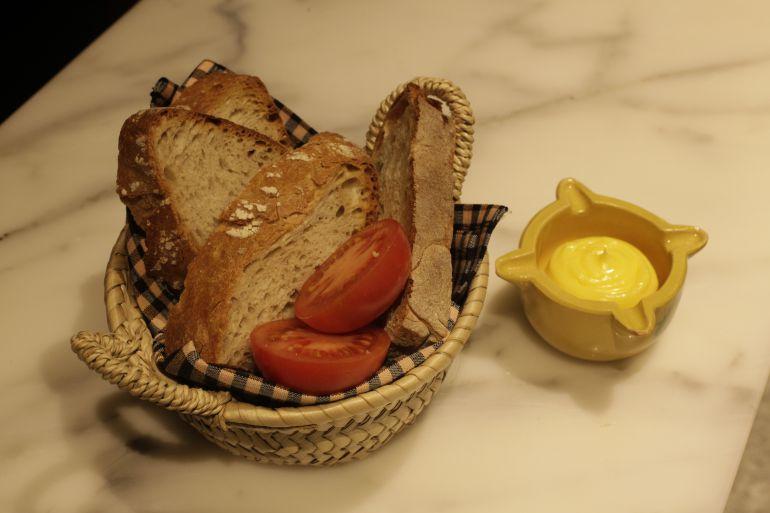 Pan con tomate y 'allioli'.