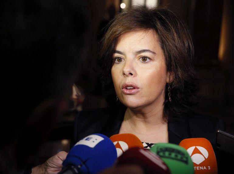 La vicepresidenta del Gobierno, Soraya Sáenz de Santamaría, hace declaraciones a los medios a su llegada al desayuno informativo del Foro España Internacional