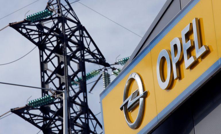 El logo de Opel en un concesionario de Marsella