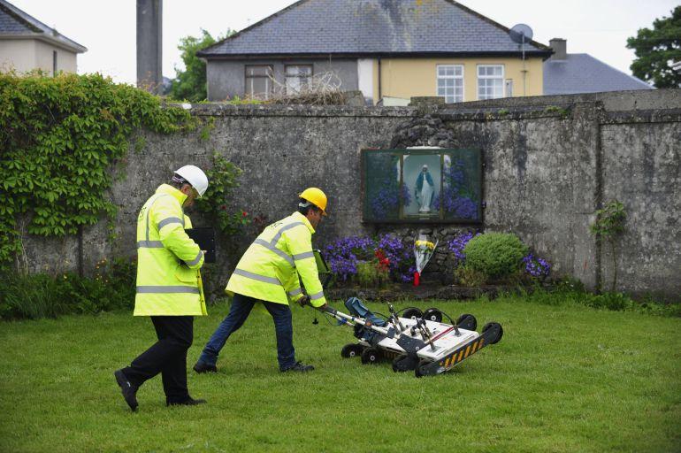 Fotografía de archivo fechada el 6 de junio de 2014 que muestra a dos ingenieros utilizando un georradar en el patio del Mother and Baby Home en Tuam, Irlanda