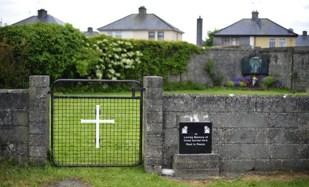 """Hallan """"gran número"""" de niños enterrados en una fosa de un convento irlandés"""