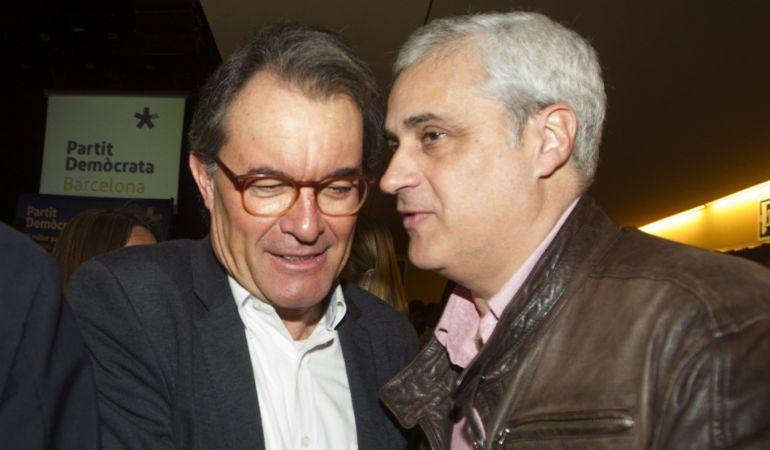 El expresidente de la Generalitat, Artur Mas saluda al exconseller de Justicia, Germà Gordó.