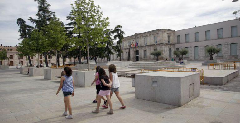 Jóvenes paseando por la Plaza de España de San Fernando de Henares