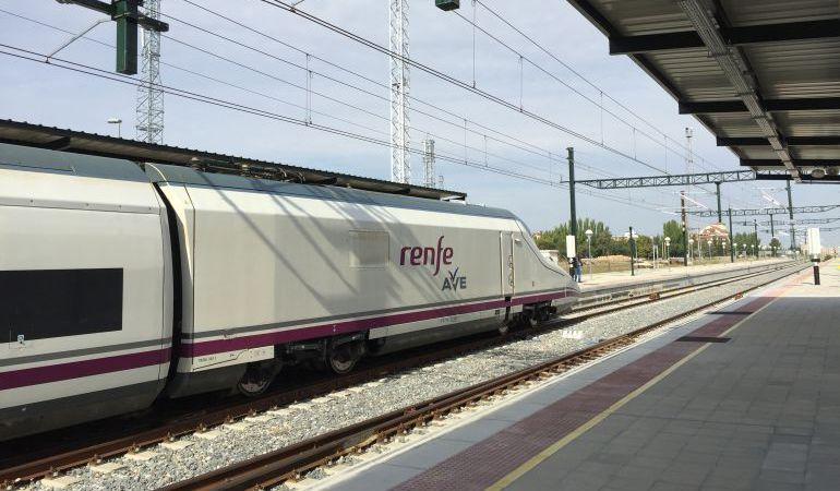 Un tren de Renfe estacionado en la estación