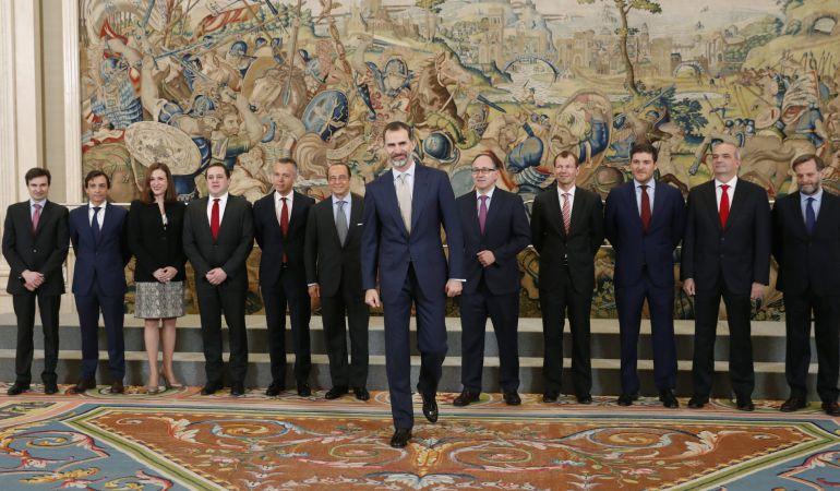 El rey Felipe VI posa para la foto de familia con los miembros del Comité de Dirección de Iberia, a quienes ha recibido en audiencia hoy en el Palacio de la Zarzuela con motivo del 90 aniversario de la compañía aérea.