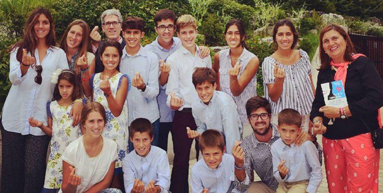 José María con su mujer y sus 15 hijos.
