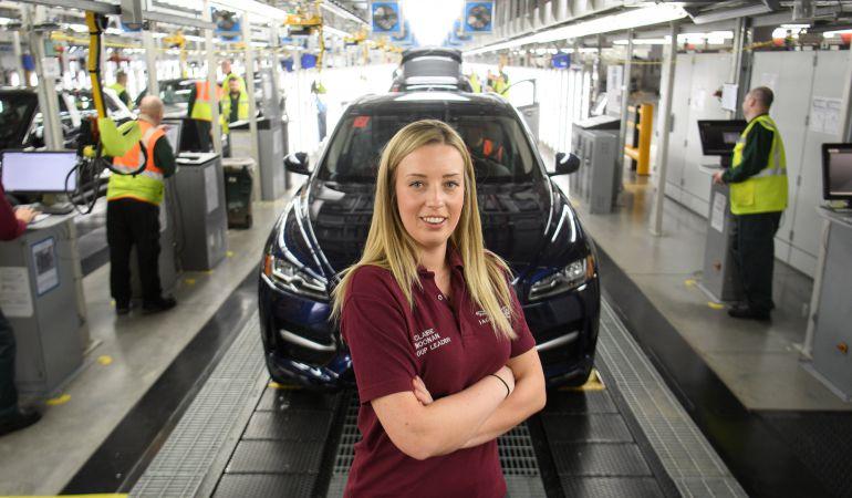 Claire Noonan, en su puesto de trabajo en la fábrica de Jaguar Land Rover factory de Solihull, Inglaterra.