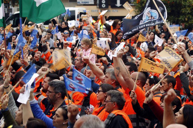 Unas 3.000 personas participan en una concentración en la Plaza Alta de Algeciras (Cádiz) en apoyo a los estibadores del puerto