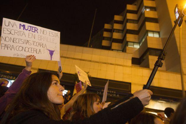 """Un momento de la manifestación por el centro de Barcelona para reclamar la igualdad de la mujer bajo el lema """"La revolución imparable de las mujeres"""""""