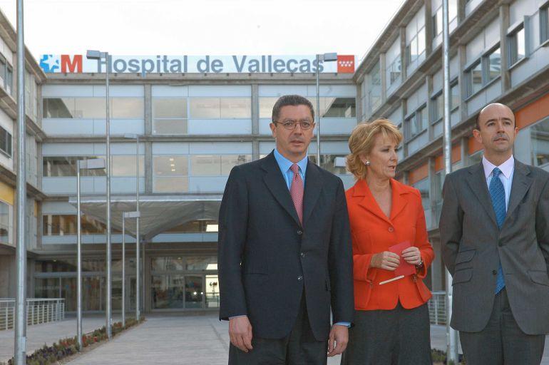 Alberto Ruiz Gallardón y Esperanza Aguirre frente al hospital de Vallecas