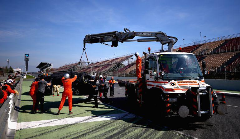 El McLaren-Honda de Vandoorne, retirado por una grúa.