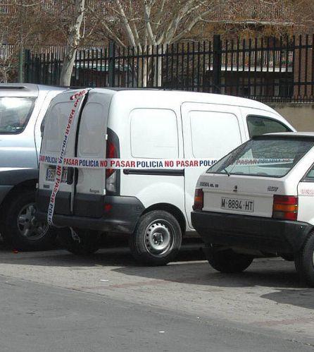La furgoneta Renault Kangoo localizada en Alcalá de Henares en la que se hallaron siete detonadores y una cinta en árabe con versículos del Corán.