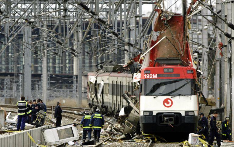 Imagen de los servicios de emergencias junto a uno de los trenes del 11-M.