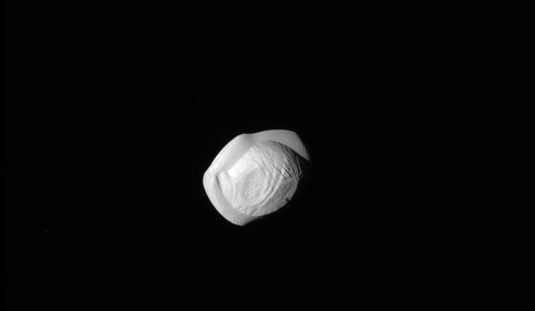 El satélite Pan, fotografiado a menos de 25.000 kilómetros.