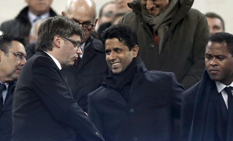 Nasser Al-Khelaifi saluda a Carles Puigdemont ante la mirada de Bartomeu y Patrick Kluivert durante el duelo en el Camp Nou