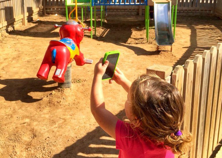 El teléfono móvil no es un juguete más, según los médicos.