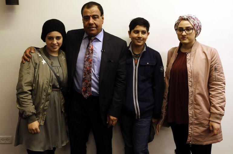 El médico Izzeldin Abuelaish, con tres de sus hijas, durante la conferencia de prensa