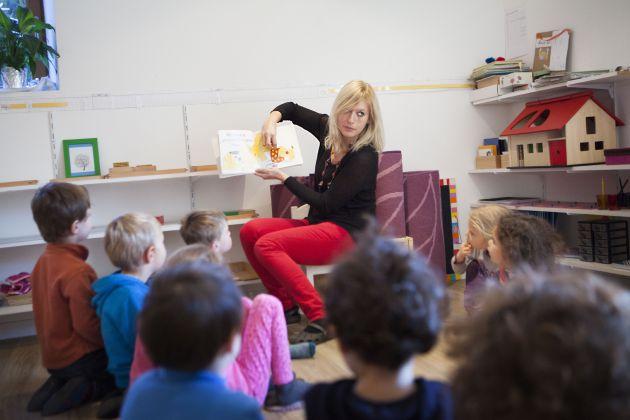 Una guía Montessori en un aula de una escuela inglesa.