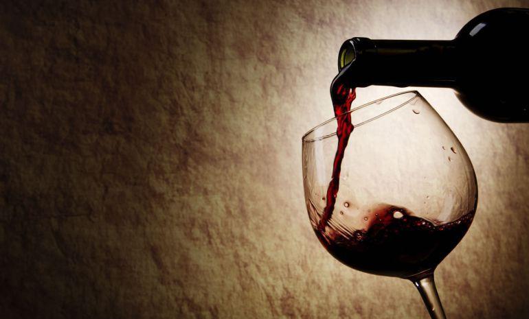 Una copa de vino tinto al día puede tener efectos positivos en nuestro organismo debido a que el compuesto resveratrol.