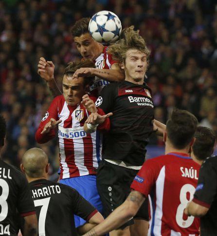 Griezmann y José María Giménez luchan por el balón con Jedvaj.
