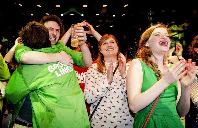 Miembros de GroenLinks celebran los sondeos
