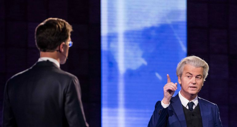 Geert Wilders y Mark Rutte (de espaldas) durante el 'cara a cara' televisivo