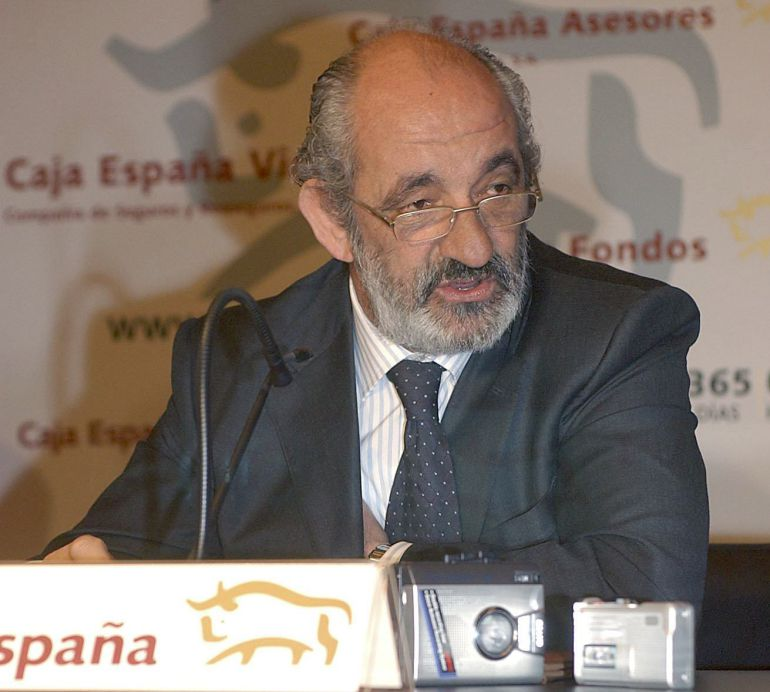 El presidente de Caja España en 2007, Santos Llamas, durante una rueda de prensa en León.