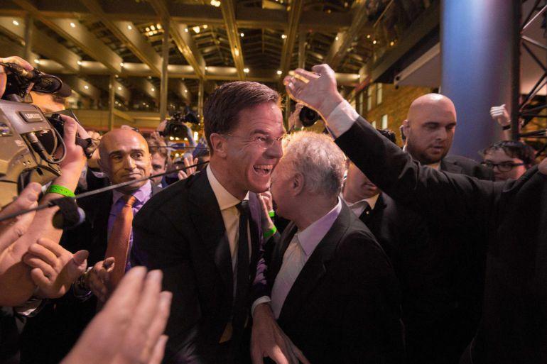 El primer ministro de Holanda, Mark Rutte (C), reacciona la noche de las elecciones en La Haya (Holanda).