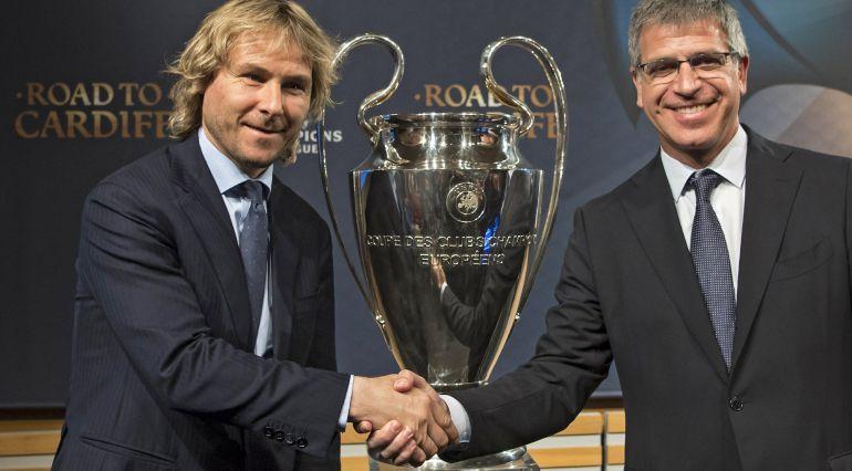 El vicepresidente de la Juventus, Pavel Nedved, y el vicepresidente del Barcelona, Jordi Mestre, posan junto al trofeo la Liga de Campeones.