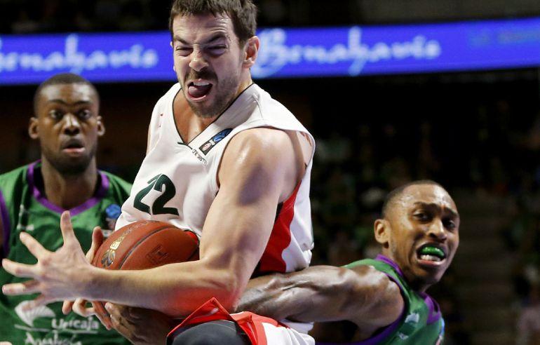 Jamar Smith (Unicaja) pugna por el balón con Taylor Rochestie (Lokomotiv)