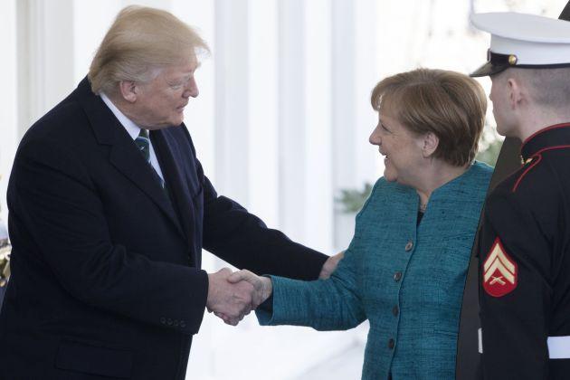 Trump sí estrechó la mano de Merkel a su llegada