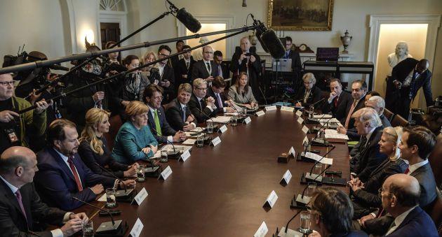 Angela Merkel y Donald J. Trump, durante la reunión con representantes de diferentes empresas, entre los que se encuentran la hija de Trump, Ivanka Trump