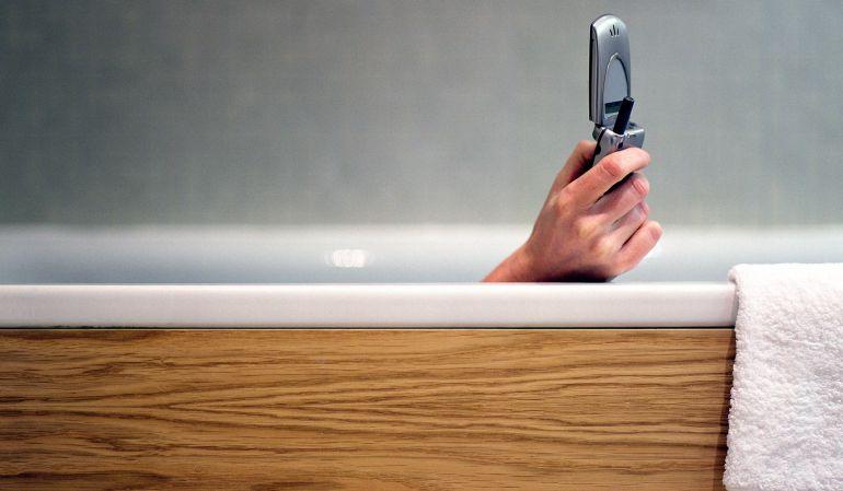 Un hombre muere mientras cargaba su iPhone en el baño
