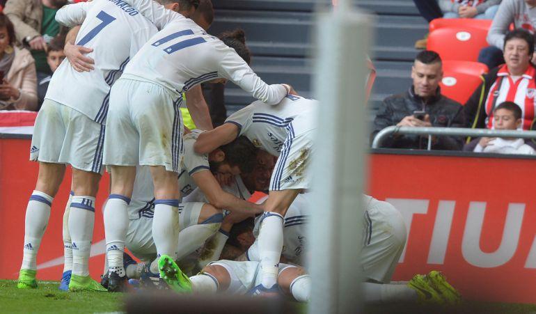 Los jugadores del Madrid celebran la victoria.