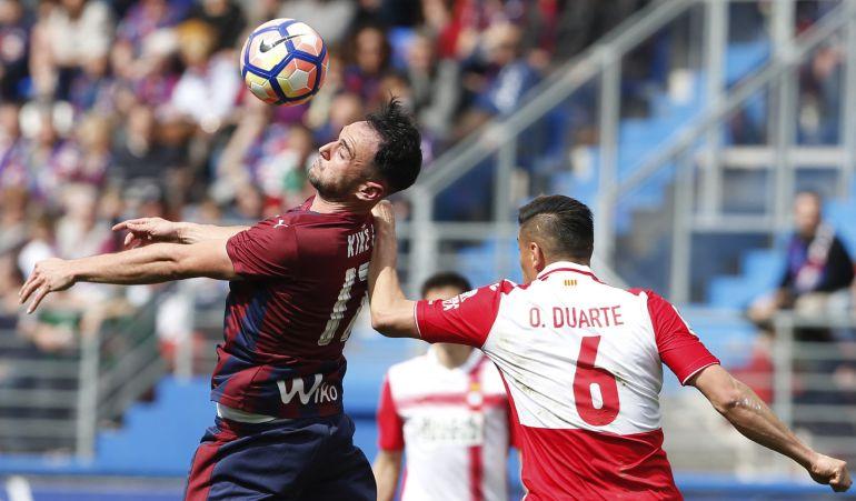 El jugador del Eibar Kike García disputa un balón con el defensa costarricense Óscar Duarte.