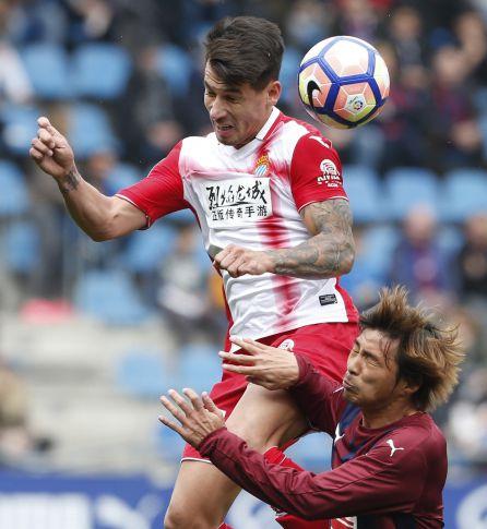 Hernán Pérez disputa un balón con Takashi Inui.
