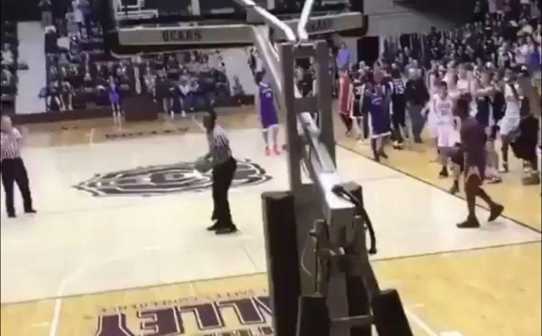 El árbitro coge la pelota antes de dirgirse hacia el aro